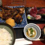 備長炭火焼じげ@築地で、鮪かま(小)炭火焼とお刺身セット(1000円)を食べてきた。カリカリ・サクサクで焼鳥みたいで美味しかった!